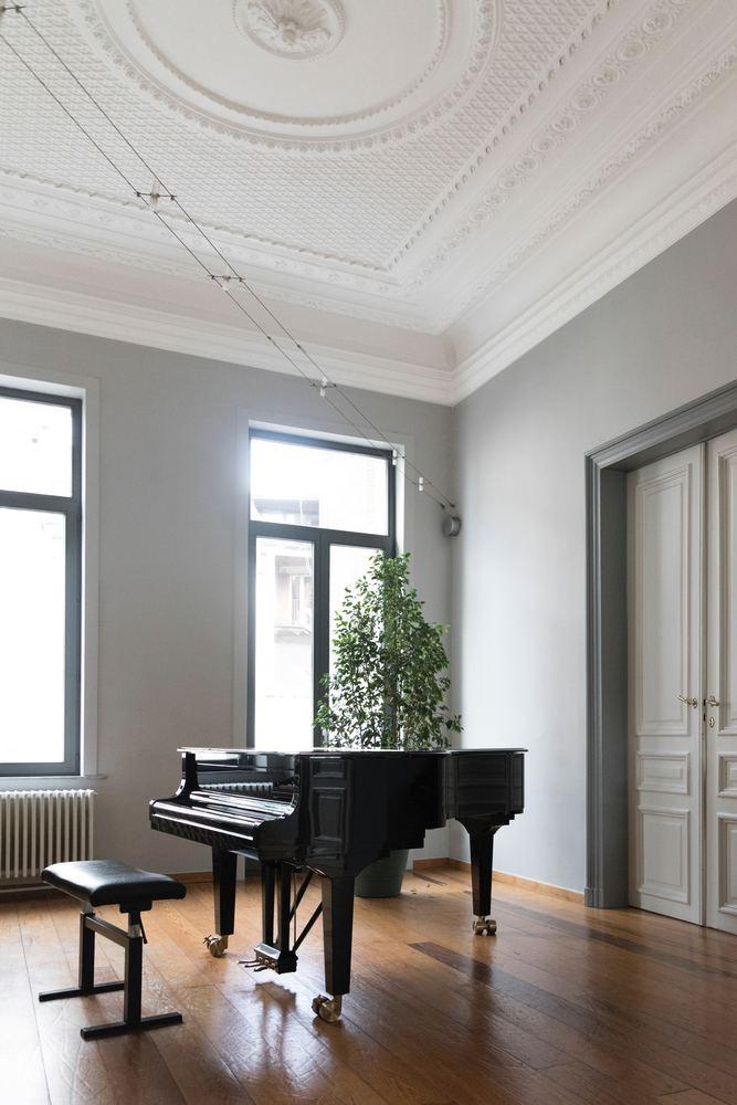 Et vakkert og stort piano kan definere en leilighet